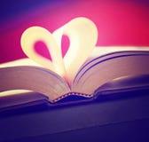 Καρδιά από τις σελίδες βιβλίων που τονίζονται με έναν αναδρομικό τρύγο instagram filt Στοκ Φωτογραφία