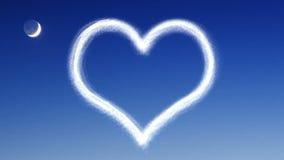 Καρδιά από το σύννεφο στο νυχτερινό ουρανό ελεύθερη απεικόνιση δικαιώματος