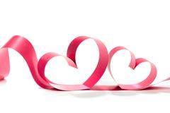 Καρδιά βαλεντίνων Κομψή κόκκινη κορδέλλα δώρων σατέν Στοκ Εικόνες