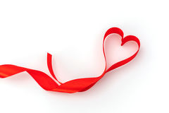 Καρδιά βαλεντίνων κόκκινο μετάξι κορδελλών η αγάπη ανασκόπησης κόκκινη αυξήθηκε λευκό συμβόλων Στοκ Φωτογραφίες