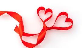 Καρδιά βαλεντίνων κόκκινο μετάξι κορδελλών η αγάπη ανασκόπησης κόκκινη αυξήθηκε λευκό συμβόλων Στοκ εικόνα με δικαίωμα ελεύθερης χρήσης