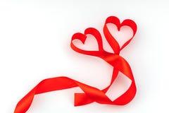 Καρδιά βαλεντίνων κόκκινο μετάξι κορδελλών η αγάπη ανασκόπησης κόκκινη αυξήθηκε λευκό συμβόλων Στοκ φωτογραφίες με δικαίωμα ελεύθερης χρήσης