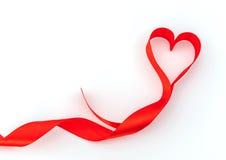 Καρδιά βαλεντίνων κόκκινο μετάξι κορδελλών η αγάπη ανασκόπησης κόκκινη αυξήθηκε λευκό συμβόλων Στοκ Εικόνες