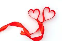 Καρδιά βαλεντίνων κόκκινο μετάξι κορδελλών η αγάπη ανασκόπησης κόκκινη αυξήθηκε λευκό συμβόλων Στοκ Φωτογραφία