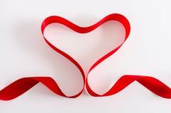 Καρδιά βαλεντίνων κόκκινο σατέν κορδελλών Απομονωμένος στο λευκό Στοκ φωτογραφία με δικαίωμα ελεύθερης χρήσης