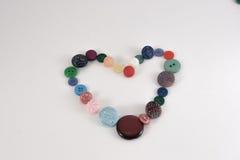 Καρδιά βαλεντίνων των κουμπιών επιλογής χρωμάτων Διάφορα ράβοντας κουμπιά καθορισμένα επάνω Στοκ φωτογραφίες με δικαίωμα ελεύθερης χρήσης