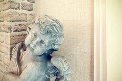 Καρδιά εκμετάλλευσης αγγέλου cupid από κοινού Θεός της αγάπης, εκλεκτική εστίαση Στοκ Εικόνα