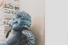Καρδιά εκμετάλλευσης αγγέλου cupid από κοινού Θεός της αγάπης, εκλεκτική εστίαση Στοκ φωτογραφία με δικαίωμα ελεύθερης χρήσης