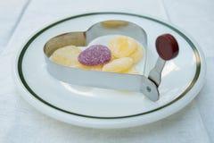Καρδιά ζελατίνας στο δαχτυλίδι ψησίματος καρδιών Στοκ Εικόνες