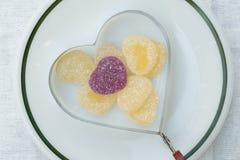 Καρδιά ζελατίνας στο δαχτυλίδι ψησίματος καρδιών Στοκ φωτογραφία με δικαίωμα ελεύθερης χρήσης