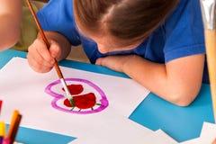 Καρδιά ζωγραφικής παιδιών στη σχολική τάξη τέχνης Διακοπές ημέρας μητέρων Στοκ Εικόνες