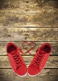 Καρδιά-διαμορφωμένα κόκκινα κορδόνια Στοκ φωτογραφίες με δικαίωμα ελεύθερης χρήσης