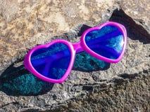 Καρδιά-διαμορφωμένα ρόδινα γυαλιά ηλίου Στοκ Φωτογραφίες