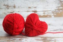 Καρδιά-διαμορφωμένη σφαίρα του νήματος στοκ φωτογραφίες