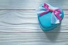 Καρδιά-διαμορφωμένο μπλε παρόν κιβώτιο στην ξύλινη έννοια διακοπών πινάκων Στοκ φωτογραφίες με δικαίωμα ελεύθερης χρήσης