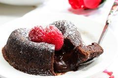 Καρδιά κέικ λάβας σοκολάτας που διαμορφώνεται με το σμέουρο Στοκ Εικόνα
