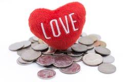 Καρδιά και νομίσματα στο άσπρο υπόβαθρο Στοκ εικόνα με δικαίωμα ελεύθερης χρήσης