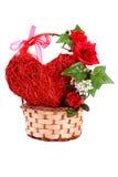 Καρδιά και λουλούδια σε ένα καλάθι την ημέρα του βαλεντίνου Στοκ Φωτογραφία