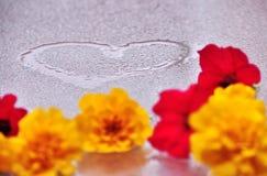 Καρδιά και λουλούδια στο υγρό γυαλί Στοκ Φωτογραφία