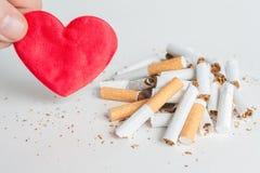 Καρδιά και σπασμένα τσιγάρα τρισδιάστατο αντι εγκαταλειμμένο εικόνα κάπνισμα Στοκ φωτογραφία με δικαίωμα ελεύθερης χρήσης