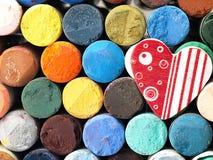 Καρδιά και χρωματισμένες ξηρές κρητιδογραφίες πολύ Στοκ Εικόνα