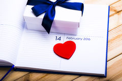 Καρδιά και δώρο στο ημερολόγιο Στοκ Φωτογραφία