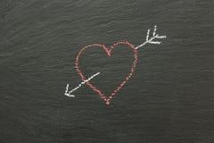 Καρδιά κιμωλίας με το βέλος που επισύρεται την προσοχή σε έναν πίνακα κιμωλίας Στοκ εικόνα με δικαίωμα ελεύθερης χρήσης