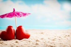 Καρδιά, κόκκινη καρδιά δύο άνδρας αγάπης φιλιών έννοιας στη γυναίκα Στοκ εικόνα με δικαίωμα ελεύθερης χρήσης