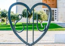 Καρδιά μετάλλων με τη χλόη και το δέντρο Στοκ Φωτογραφίες