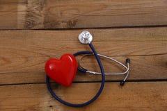 Καρδιά με ένα στηθοσκόπιο, που απομονώνεται στο ξύλινο υπόβαθρο Στοκ εικόνες με δικαίωμα ελεύθερης χρήσης