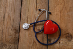 Καρδιά με ένα στηθοσκόπιο, που απομονώνεται στο ξύλινο υπόβαθρο Στοκ φωτογραφία με δικαίωμα ελεύθερης χρήσης