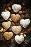 Καρδιά μελοψωμάτων σε ένα σκοτεινό υπόβαθρο Στοκ Εικόνες