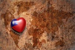 Καρδιά με τη εθνική σημαία της Ταϊβάν σε ένα εκλεκτής ποιότητας υπόβαθρο εγγράφου ρωγμών παγκόσμιων χαρτών Στοκ Εικόνες