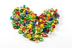 Καρδιά με τις πολύχρωμες καρφίτσες ώθησης Στοκ Εικόνα