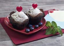 Καρδιά με δύο muffins μούρων Στοκ Φωτογραφίες