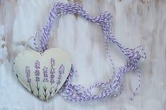 Καρδιά με lavender την εικόνα στο υπόβαθρο παλαιού Μαλακή εστίαση, τονισμός, τρόπος υποβάθρου στοκ φωτογραφίες με δικαίωμα ελεύθερης χρήσης