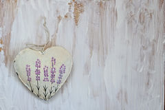 Καρδιά με lavender την εικόνα στο υπόβαθρο παλαιού Μαλακή εστίαση, τονισμός, τρόπος υποβάθρου Στοκ Εικόνες