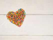 Καρδιά-μορφή από το κομφετί καραμελών Στοκ Εικόνα