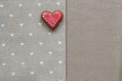 Καρδιά μπισκότων αγάπης στην πετσέτα Έννοια καρτών ημέρας βαλεντίνων Στοκ Εικόνα