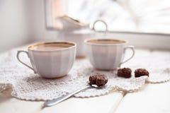 Καρδιά μπισκότων, φωτεινές φλυτζάνια και κανάτα γάλακτος, ημέρα βαλεντίνων, αγάπη, λ Στοκ Εικόνα