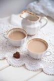 Καρδιά μπισκότων, φωτεινές φλυτζάνια και κανάτα γάλακτος, ημέρα βαλεντίνων, αγάπη, λ Στοκ Εικόνες