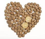 Καρδιά ξύλων καρυδιάς που διαμορφώνεται με δύο τεμαχισμένα λεμόνια Στοκ Εικόνες