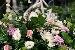 καρδιά λουλουδιών σύνθεσης βελών ερωτοδουλειάς Στοκ Φωτογραφίες