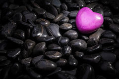Καρδιά που βρίσκεται στις πέτρες Στοκ εικόνα με δικαίωμα ελεύθερης χρήσης