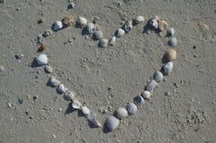Καρδιά που γίνεται από τα θαλασσινά κοχύλια Στοκ Φωτογραφία