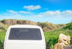 Καρδιά που επισύρεται την προσοχή σε ένα βρώμικο πίσω παράθυρο στο καλοκαίρι Στοκ Φωτογραφία