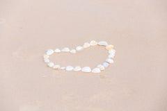 Καρδιά που επισύρεται την προσοχή στην άμμο με τα κοχύλια θάλασσας, υπόβαθρο παραλιών, τοπ άποψη, Στοκ φωτογραφίες με δικαίωμα ελεύθερης χρήσης