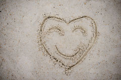 Καρδιά, που επισύρεται την προσοχή στην άμμο παραλιών σύμβολο καρδιών στην άμμο που πλένεται Στοκ φωτογραφία με δικαίωμα ελεύθερης χρήσης