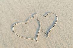 Καρδιά που επισύρεται την προσοχή στην άμμο Στοκ Εικόνες
