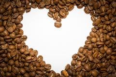 Καρδιά που δημιουργείται άσπρη από τα φασόλια καφέ Στοκ φωτογραφίες με δικαίωμα ελεύθερης χρήσης